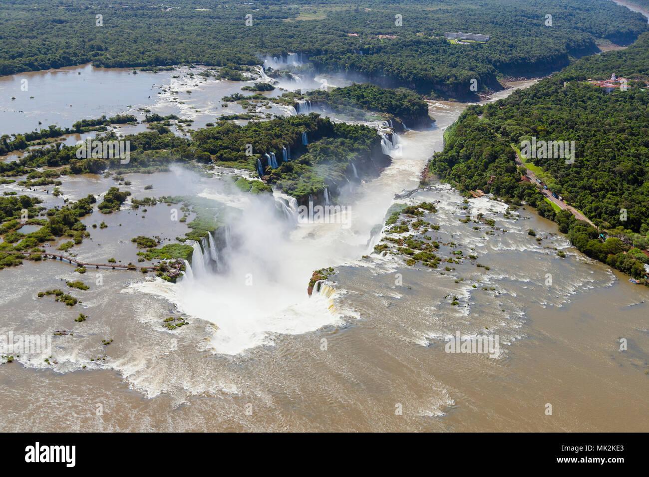 Vista aérea de las Cataratas de Iguazu o cataratas - el sistema de cascada más grande del mundo en la frontera de Brasil una Argentina Foto de stock