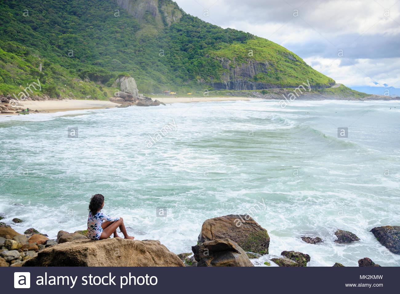 Una joven y bella mujer brasileña africanos en Prainha Playa, Río de Janeiro, Brasil Imagen De Stock