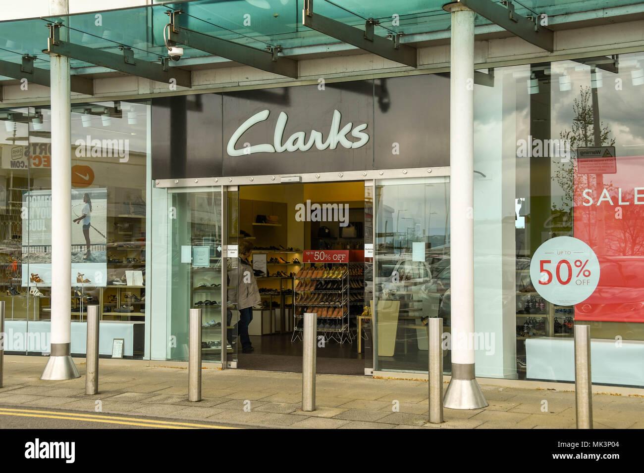 Gran cartel sobre la puerta de entrada a una tienda de Calzado Clarks en un  Retail e40db71912ee