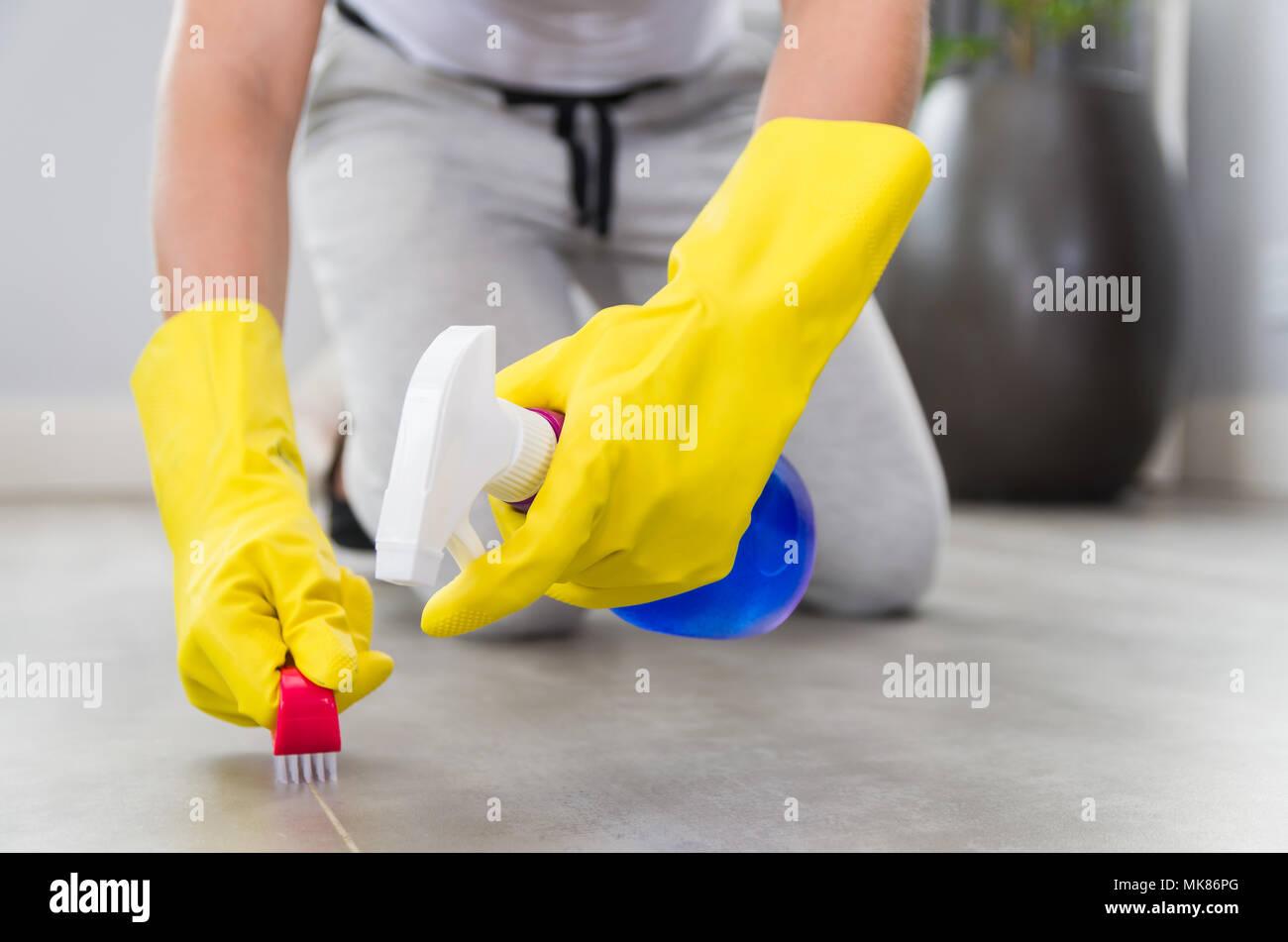Gran concepto de limpieza doméstica, mujer la limpieza del piso. Imagen De Stock