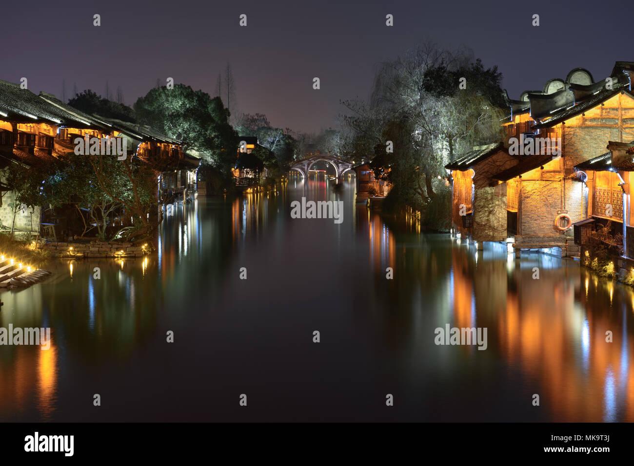 Vista nocturna del edificio antiguo por el agua en Wuzhen. Wuzhen - antiguo pueblo de agua, parte de Tongxiang, situada en el norte de Zhejiang Provi Foto de stock