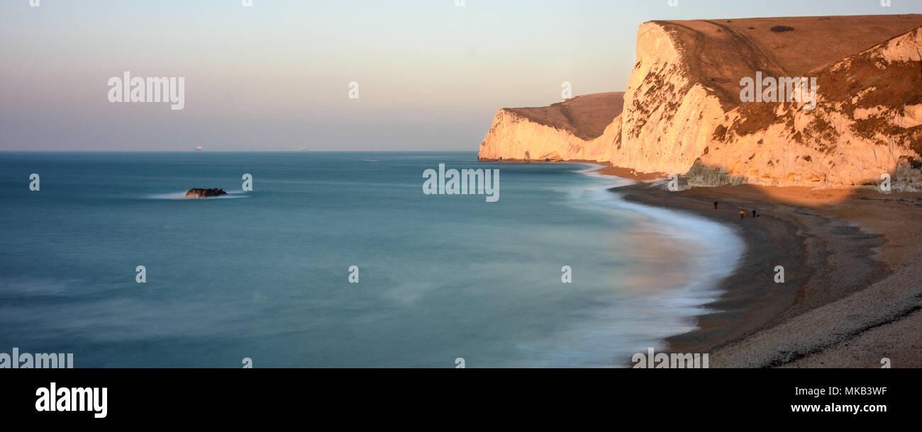 Por la mañana el sol brilla sobre las rocas calcáreas de la cabeza de murciélago y cabeza Swyre cerca de la puerta de Durdle en Inglaterra de la Costa Jurásica. Foto de stock
