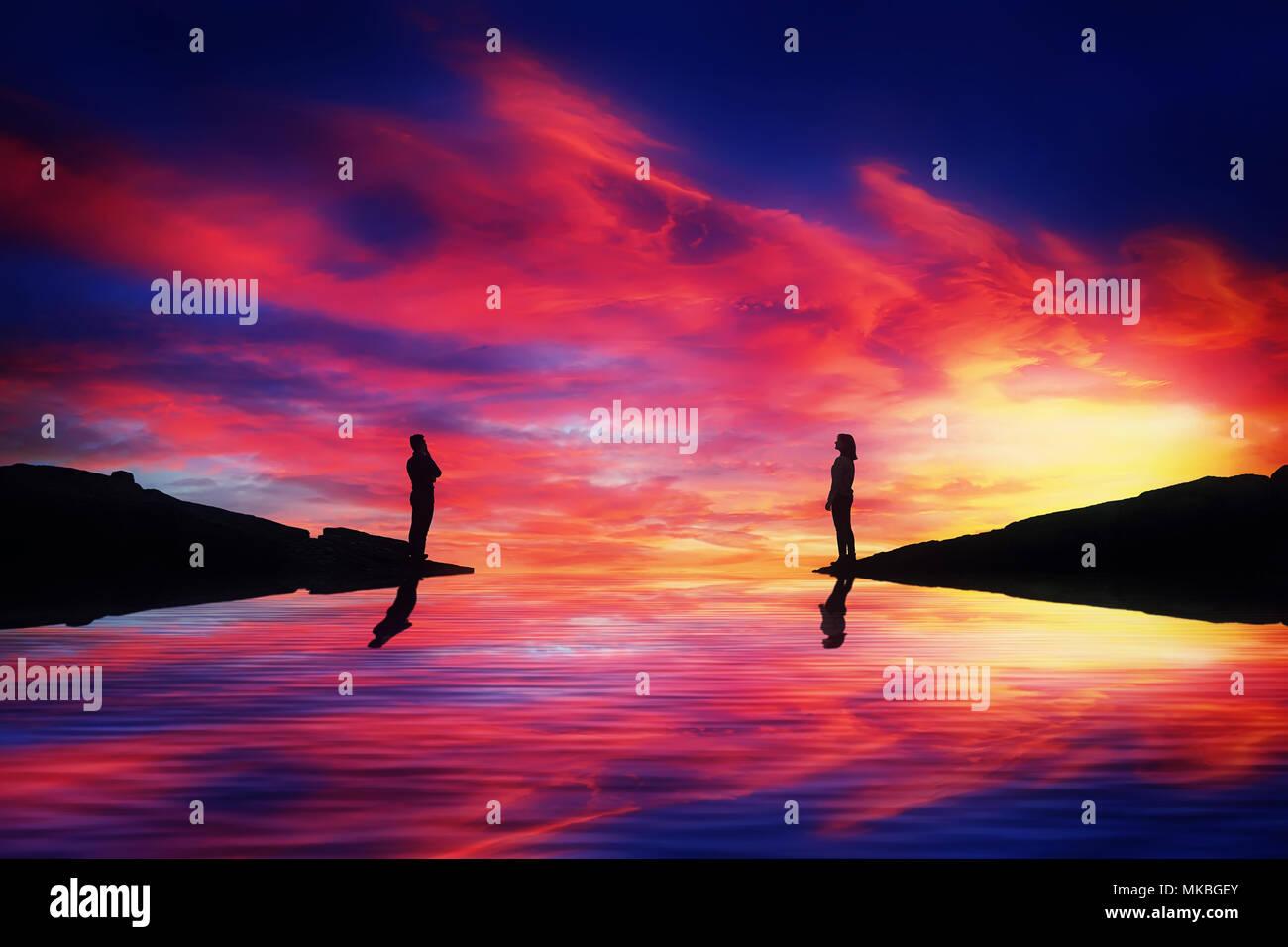 Un chico y una chica se encuentran en diferentes lados de un río pensar cómo llegar a cada uno de los demás a través de una hermosa puesta de sol de fondo. La construcción de un puente imaginario. L Imagen De Stock