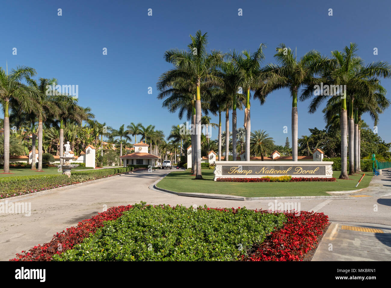 Doral, Florida - La entrada al club de golf nacional Trump Doral. El complejo incluye cuatro campos de golf y cientos de habitaciones de hotel. Foto de stock