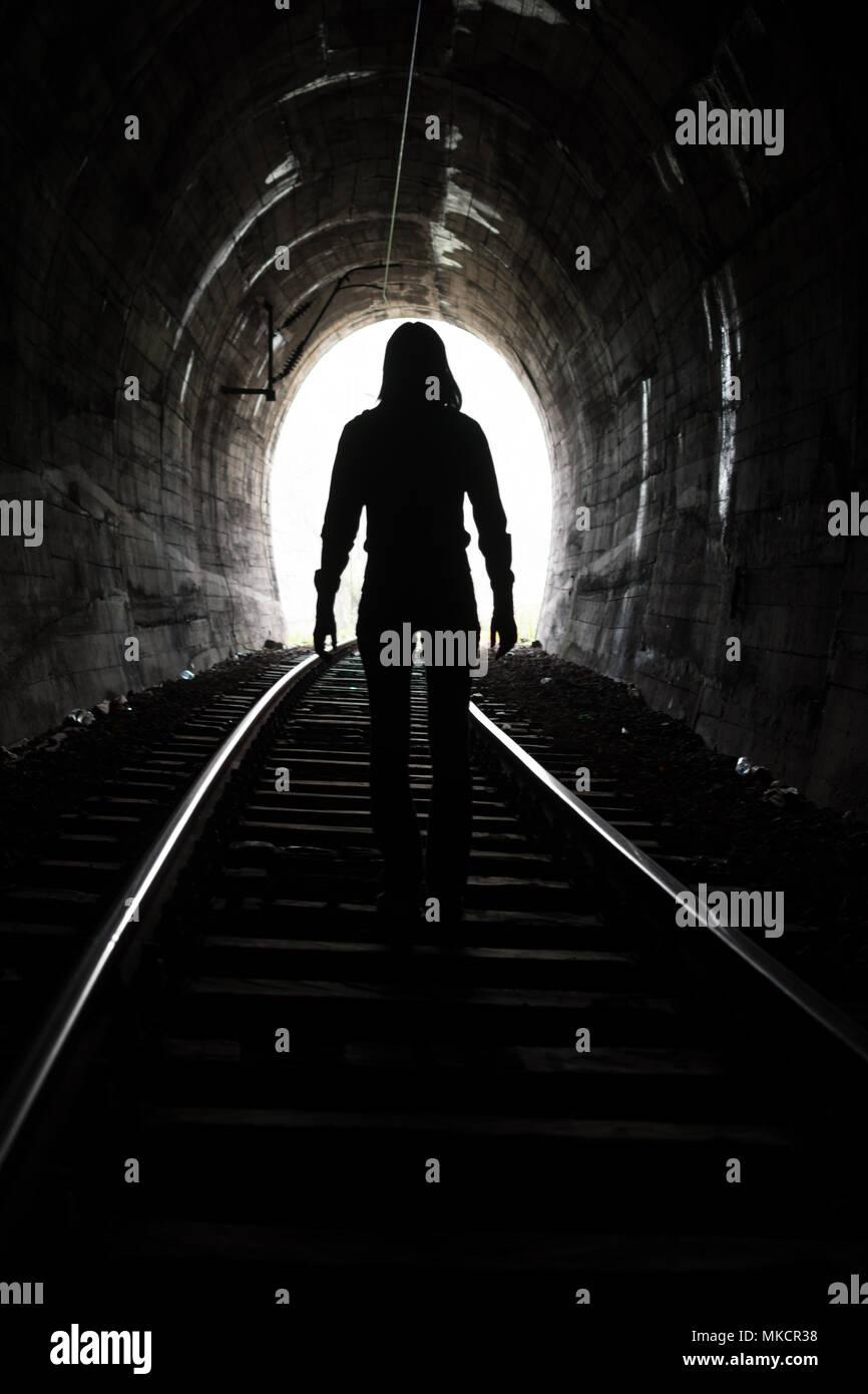 Salir de darknes - luz al final del túnel Imagen De Stock