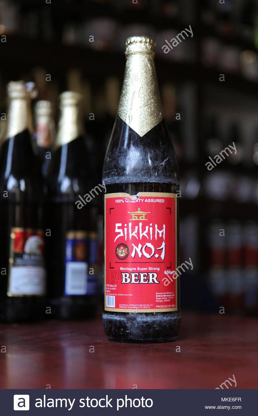 Botella del super fuerte Sikkim cerveza número 1 a la venta en una tienda de licor en la ciudad de Gangtok en Sikkim, India. Imagen De Stock
