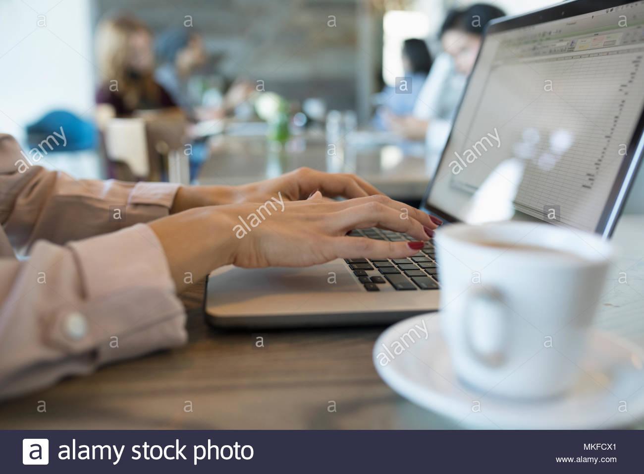 Cerrar la empresaria escribiendo, trabajando en el portátil en el cafe Foto de stock