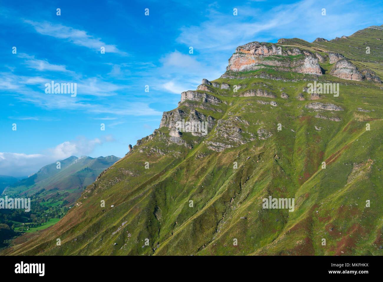 Vista desde el Mirador de Covalruyu, Miera Valle, en los valles pasiegos, Cantabria, ESPAÑA Foto de stock