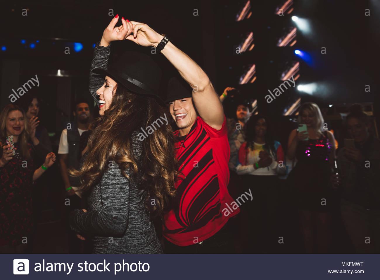Feliz joven pareja bailando en la discoteca milenario baile Imagen De Stock