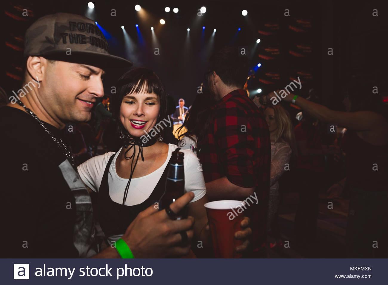 Par de beber y bailar en discoteca Foto de stock