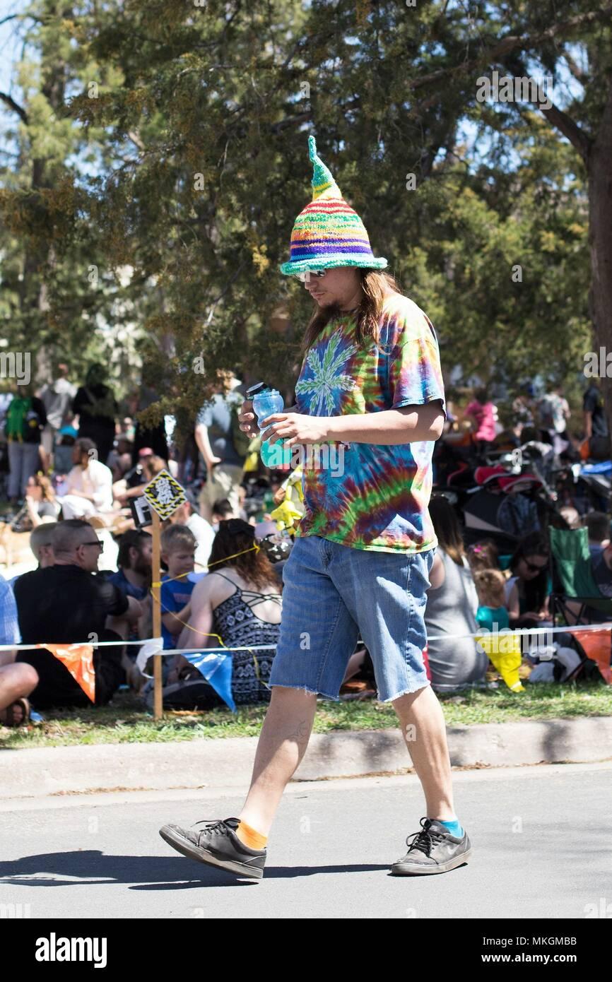 2aab84de8e2a4 Un hippie con corbata colorante y un sombrero puntiagudo en el festival del  Día de Mayo