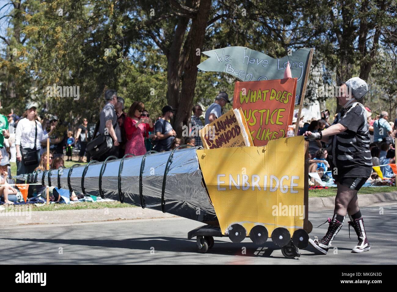 Una persona protestando Enbridge, en el festival del Día de Mayo en Minneapolis, Minnesota, USA. Imagen De Stock