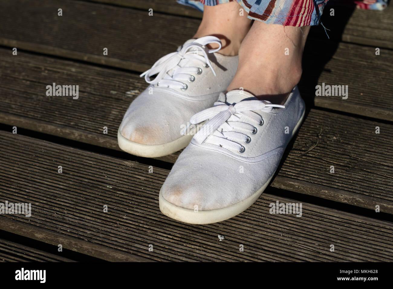 new product 13d32 d060a Calzado deportivo en la playa. Zapatos de mujer en un hermoso día de  primavera.