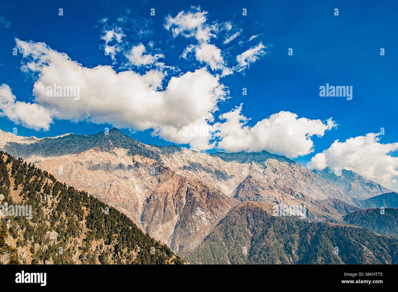 Una hermosa vista de la cordillera Dhauladhar durante un día soleado y algunas nubes. Triund, Himachal Pradesh. La India Foto de stock