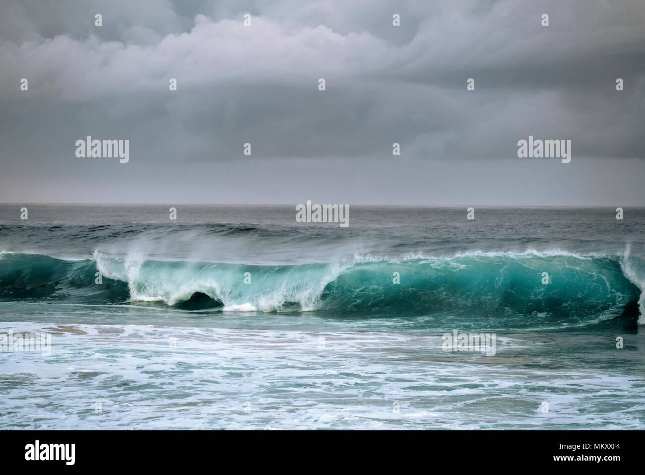 Belleza de curling onda como enfoques de tormentas a lo largo de la costa norte de la isla de Kauai, Hawaii. Foto de stock
