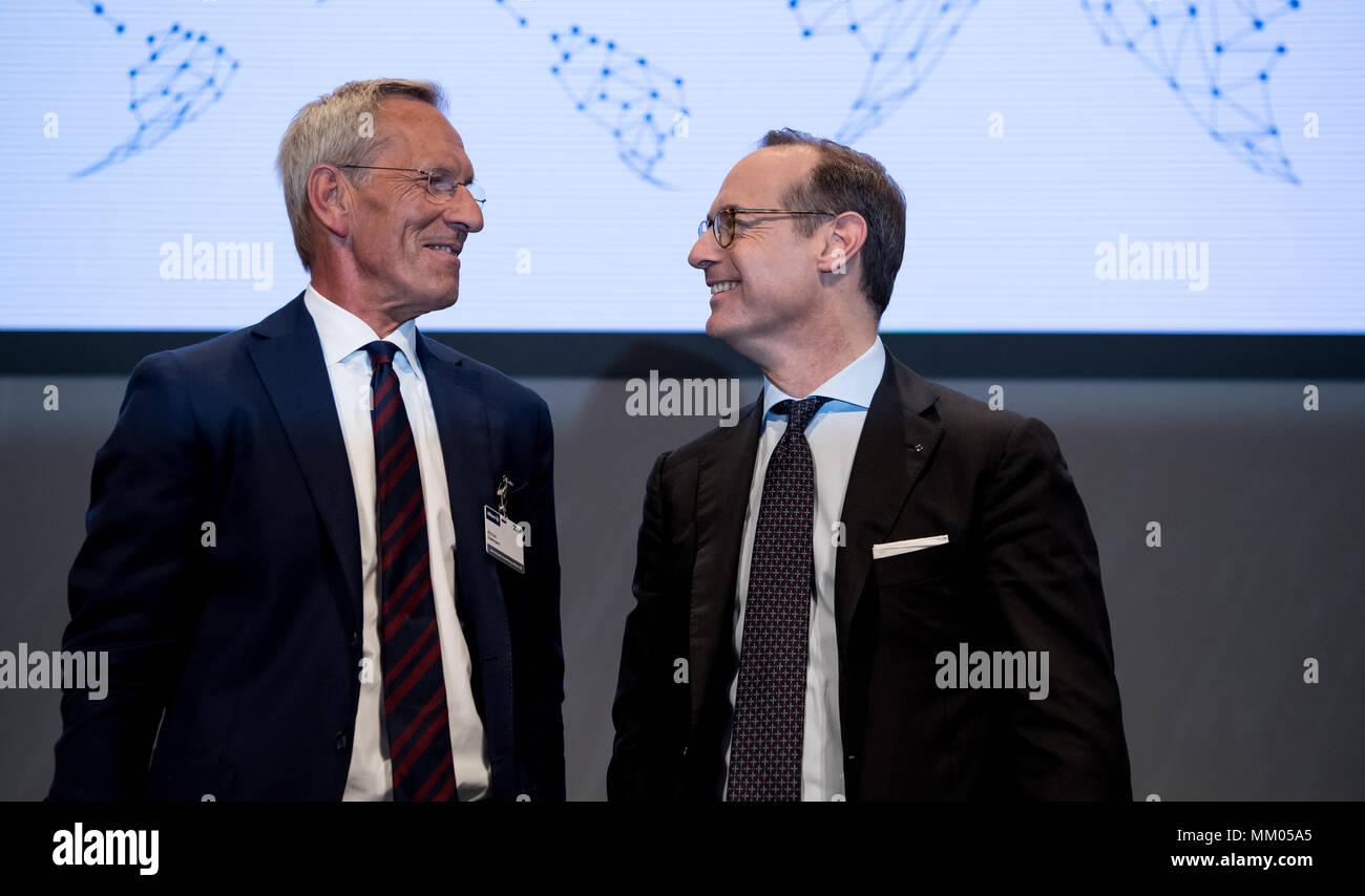 09 de mayo de 2018, en Alemania, en Munich: CEO de la compañía de seguros Allianz SE, Oliver Baete (R) y presidente de la junta directiva Michael Diekmann de pie en el escenario antes del comienzo de la reunión general anual de la compañía de seguros Allianz. Foto: Sven Hoppe/dpa Foto de stock