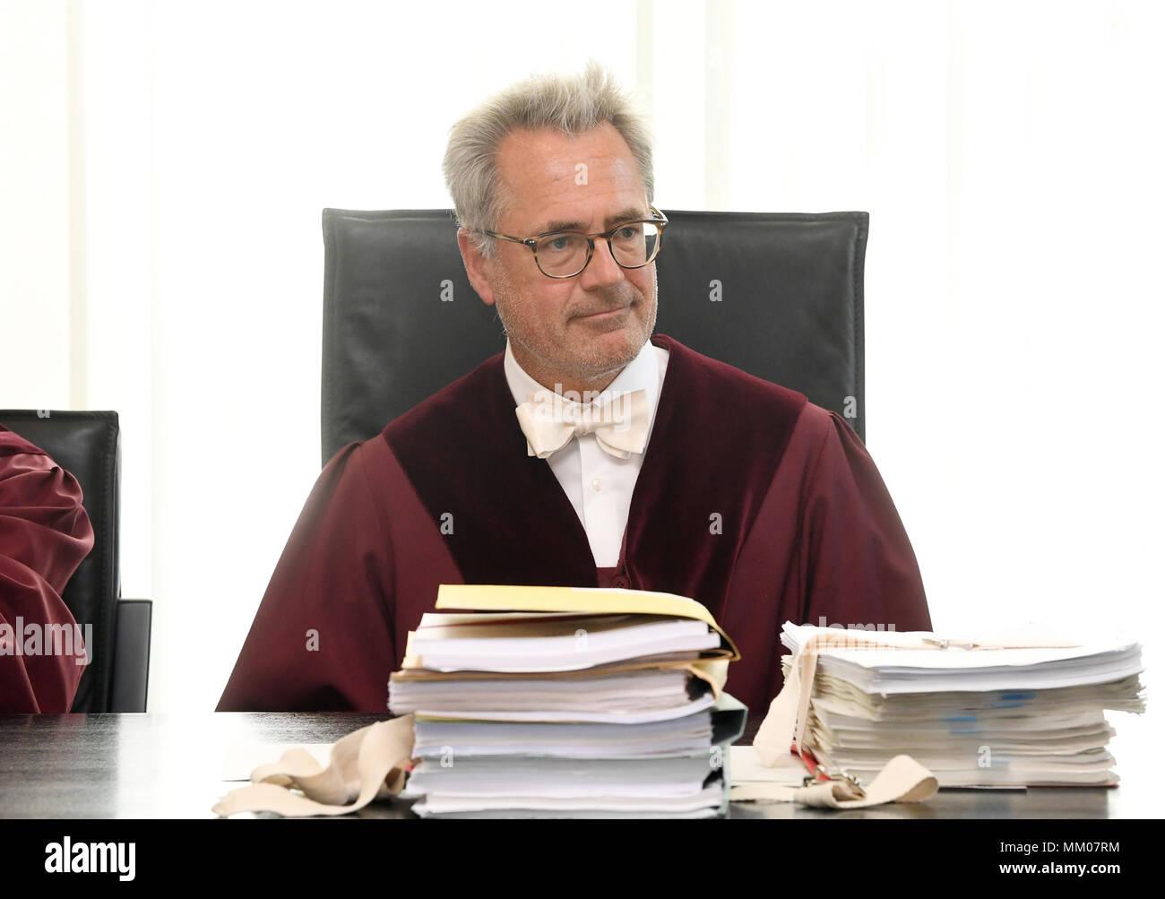 09 de mayo de 2018, Alemania, Karlsruhe: La presidencia de la Primera Sala Civil de la Corte Suprema Federal (BGH), Thomas Koch, abre el juicio. El Tribunal Supremo Federal está negociando si la música plataforma Youtube lleva la responsabilidad por las violaciones de los derechos de autor de sus usuarios. Un productor de música ha venido demandando a la filial de Google durante diez años. Foto: Uli Deck/dpa Foto de stock