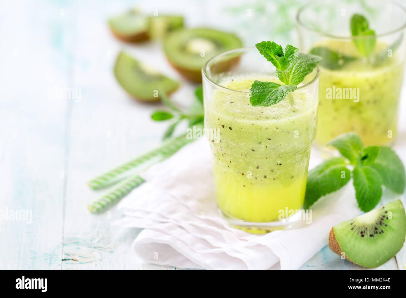 Antioxidante sano y detox batido con kiwi, zumo de manzana y menta. Con espacio para el texto copia Imagen De Stock