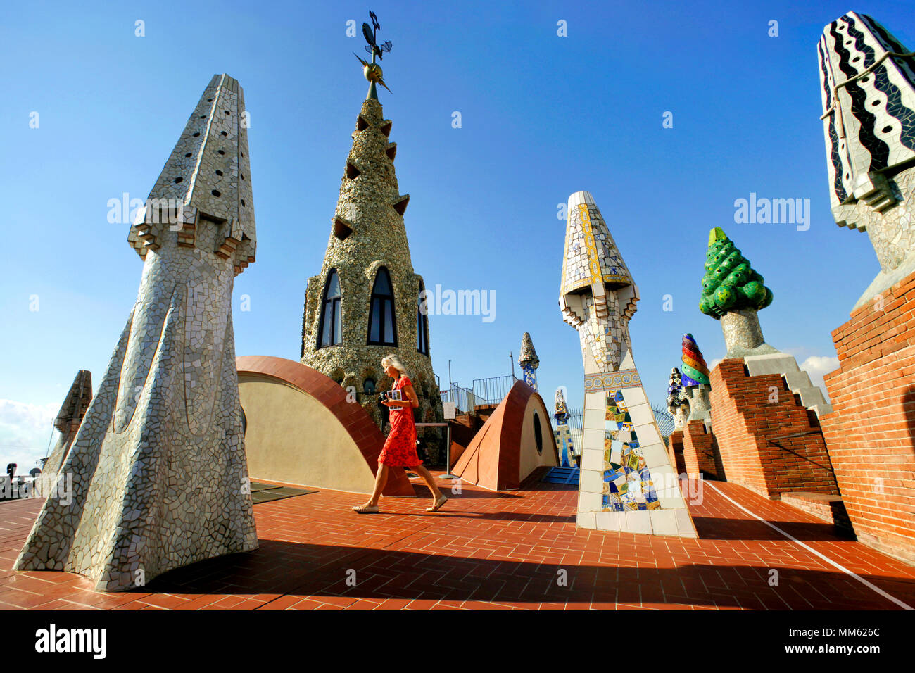Las chimeneas por Antoni Gaudí en la cima de la Mansión Palau Güell, Barcelona, Cataluña, España Imagen De Stock