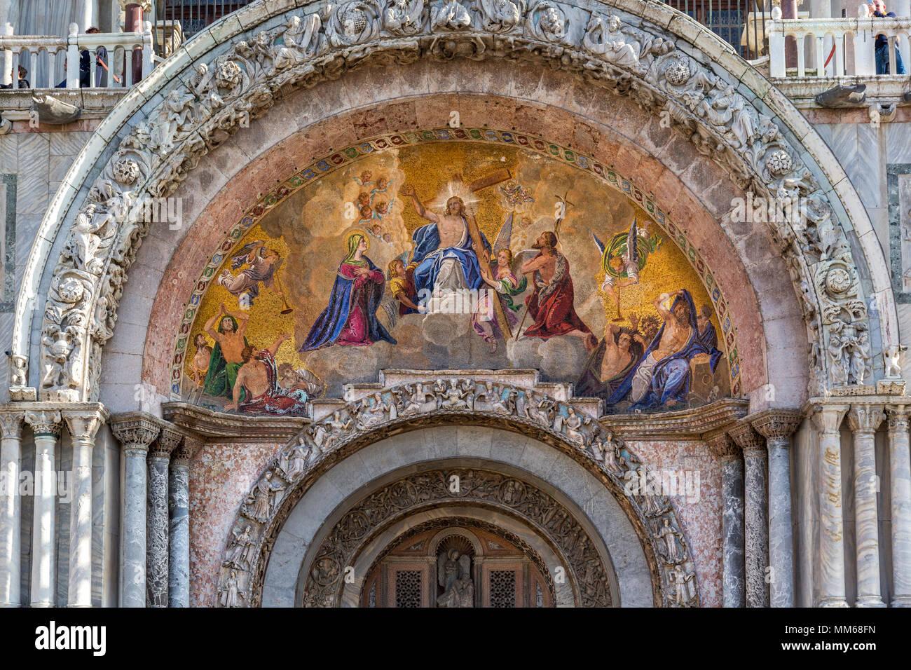 Cristo resucitado mosaico sobre la entrada a la basílica de San Marcos, la Plaza de San Marco, Venecia, Véneto, Italia Imagen De Stock