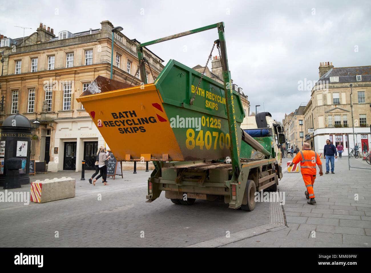 Reciclaje saltar entregado por camión en el centro de la ciudad de Bath, Inglaterra Imagen De Stock