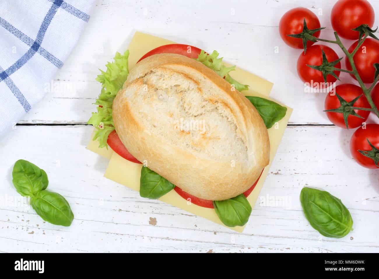 Baguette Sandwich con queso de arriba sobre la plancha de madera madera Imagen De Stock