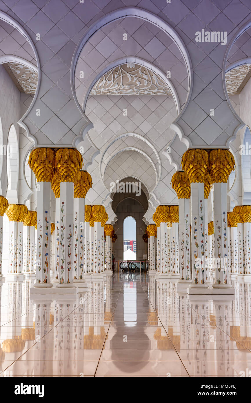 Abu Dhabi Gran Mezquita de Sheikh Zayed columnas formato vertical Emiratos Arabes Unidos UAE Foto de stock