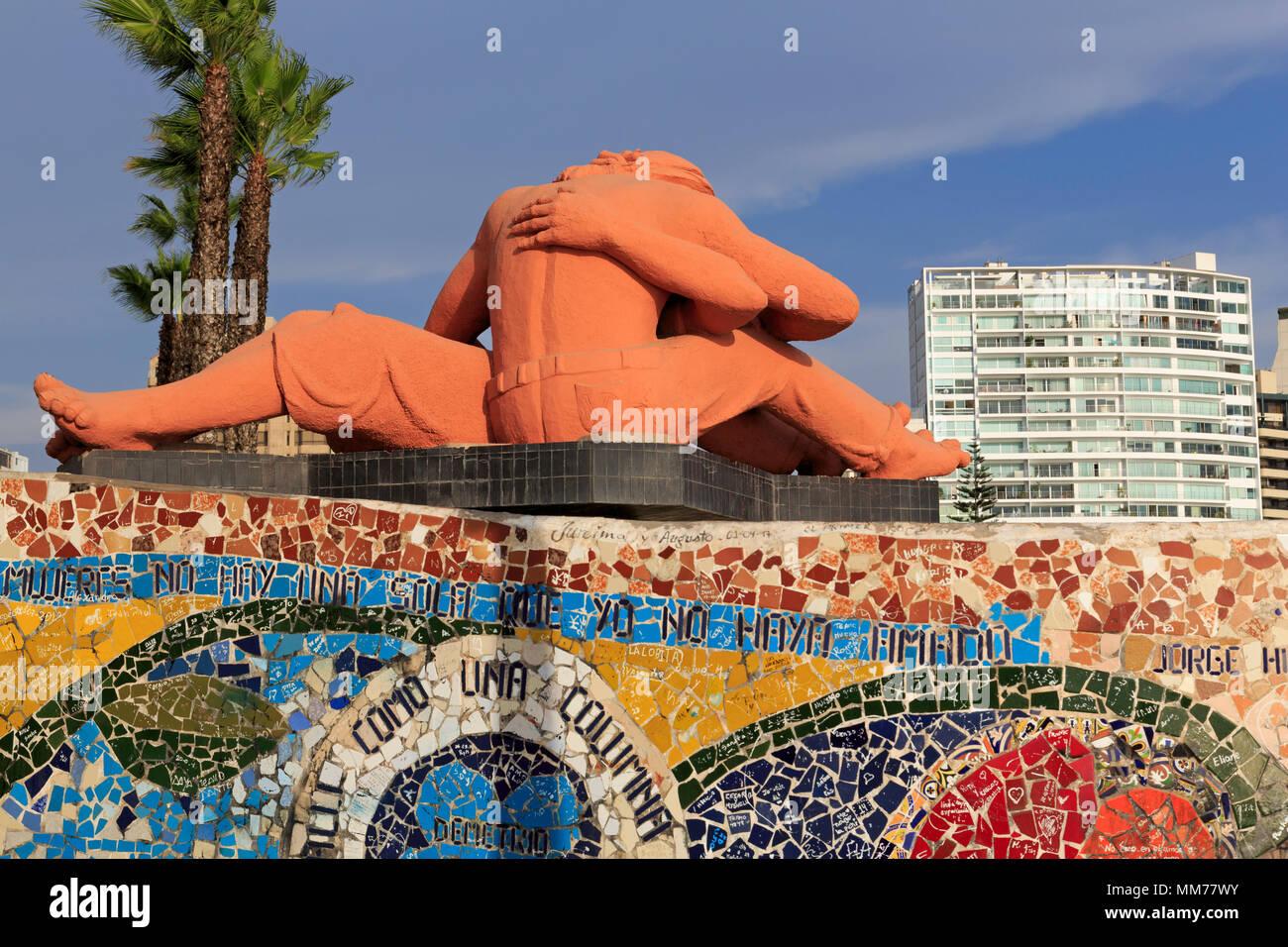 El Beso Escultura, Parque de Amor, en el distrito de Miraflores, Lima, Perú. Imagen De Stock