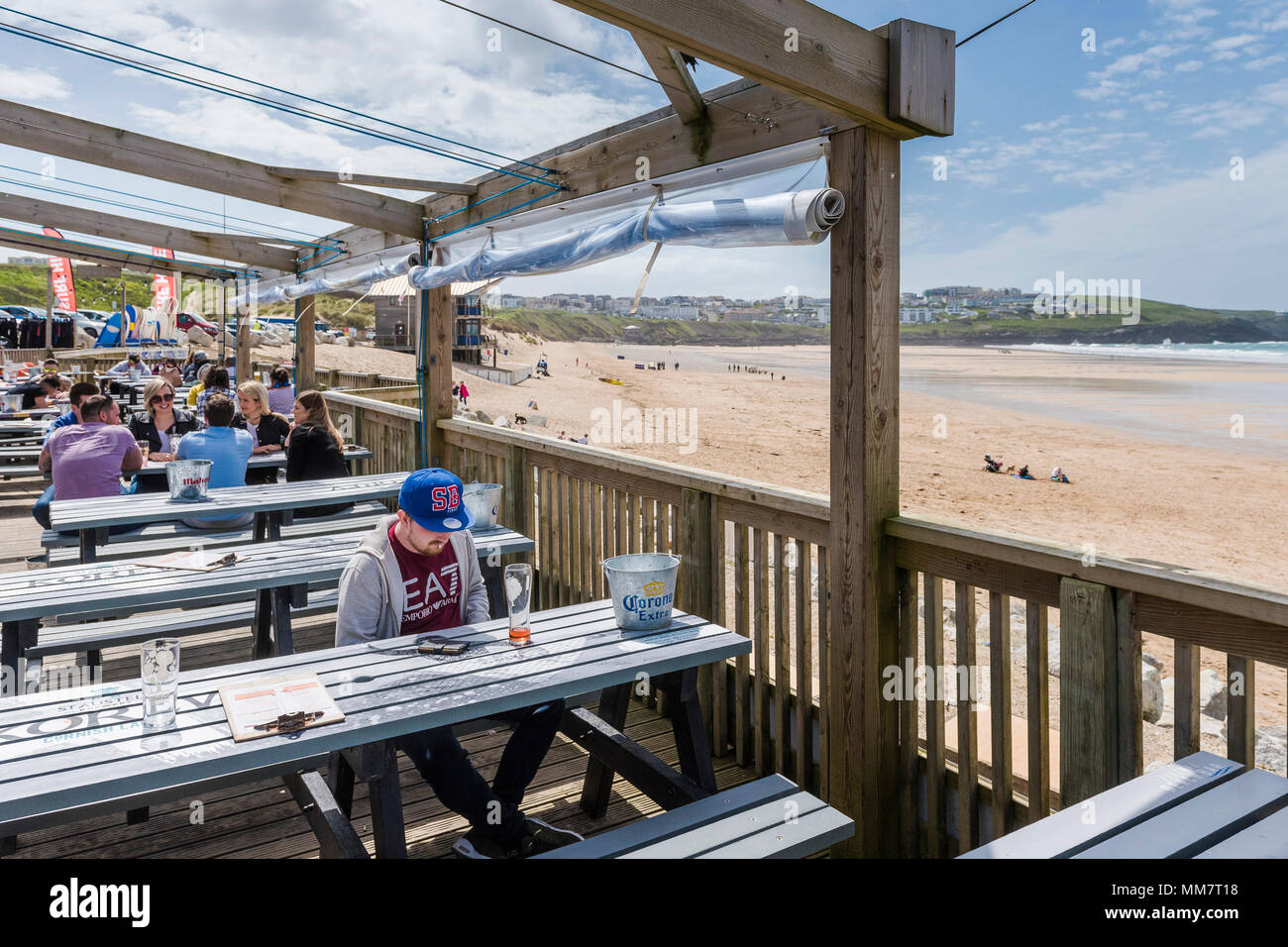 Los Turistas Relajarse En La Terraza Del Bar De La Playa