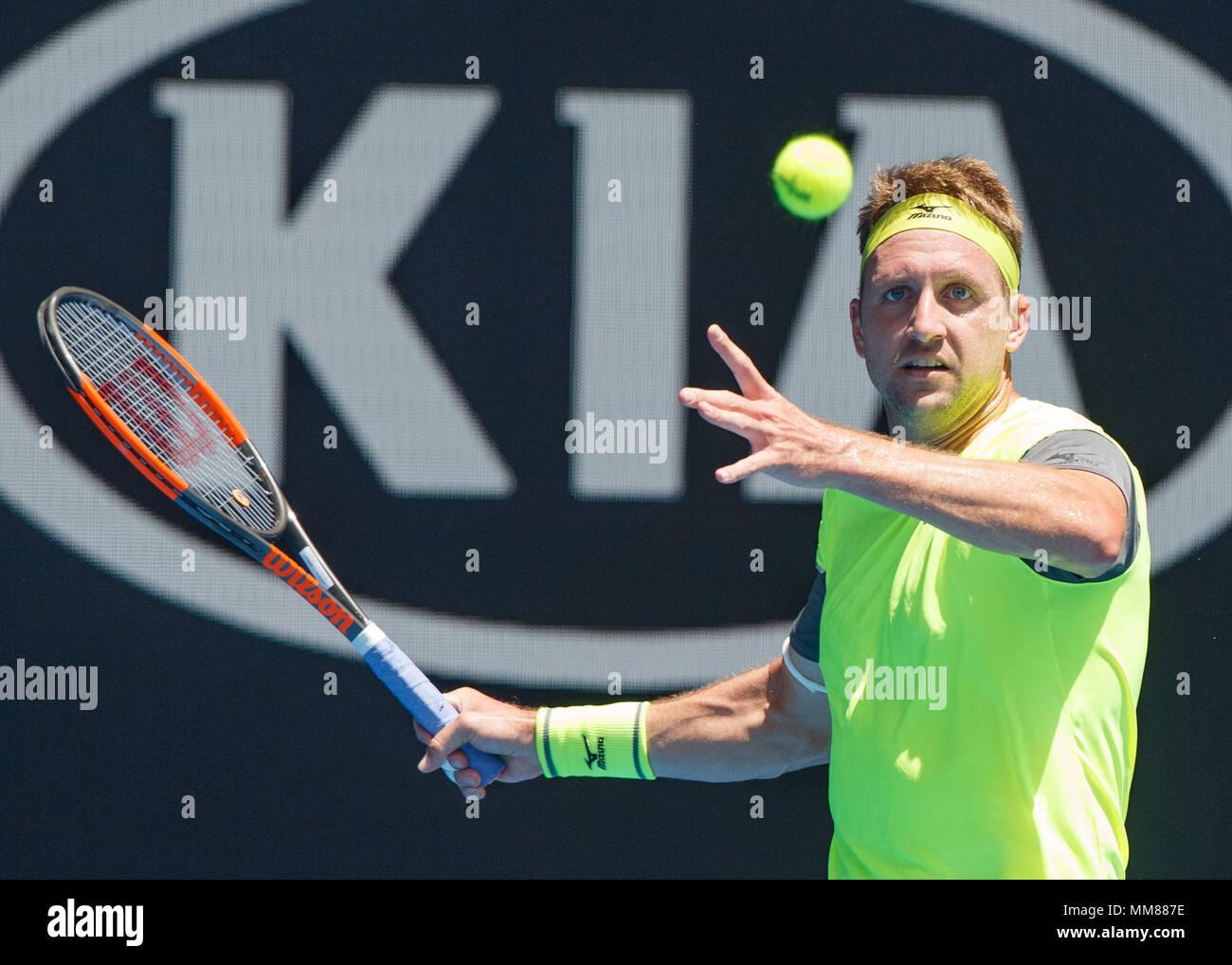 bce4498aab Tenista estadounidense Tennys Sandgren jugando forehand shot en el Abierto  de Australia 2018