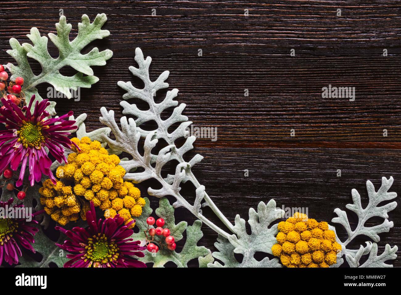 Arreglo Floral con Dusty Miller, Agrupado y los crisantemos en oscuridad eterna Tabla con espacio para copiar Foto de stock