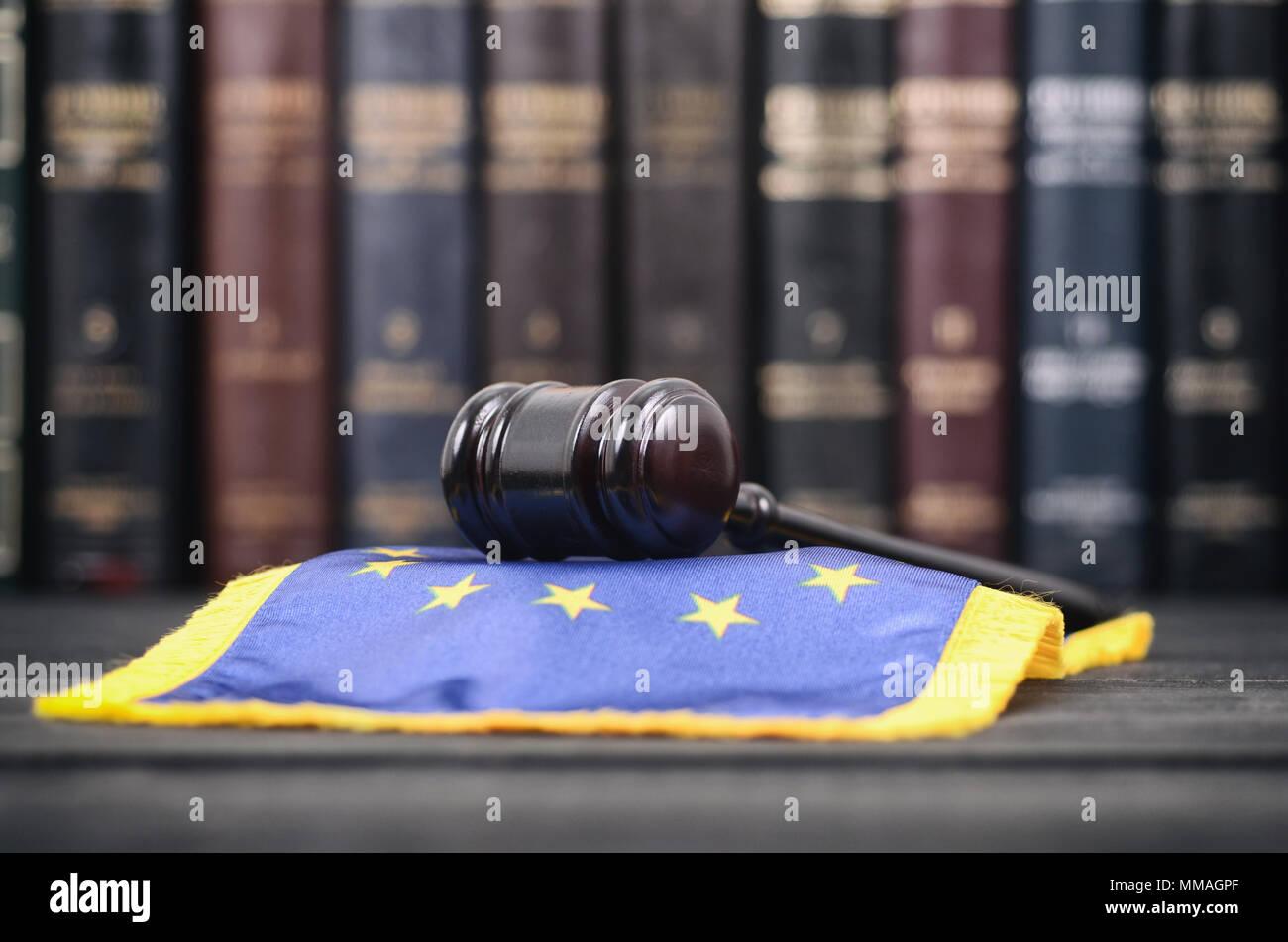La ley y la justicia, el concepto de legalidad, biblioteca de derecho, el juez Martillo y Estados Unidos de América bandera negra sobre un fondo de madera. Foto de stock
