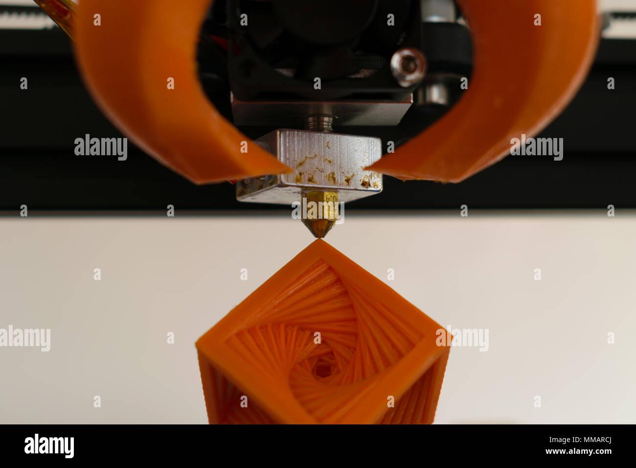 Impresora 3d hot-final la boquilla con el concepto de objeto impreso Imagen De Stock