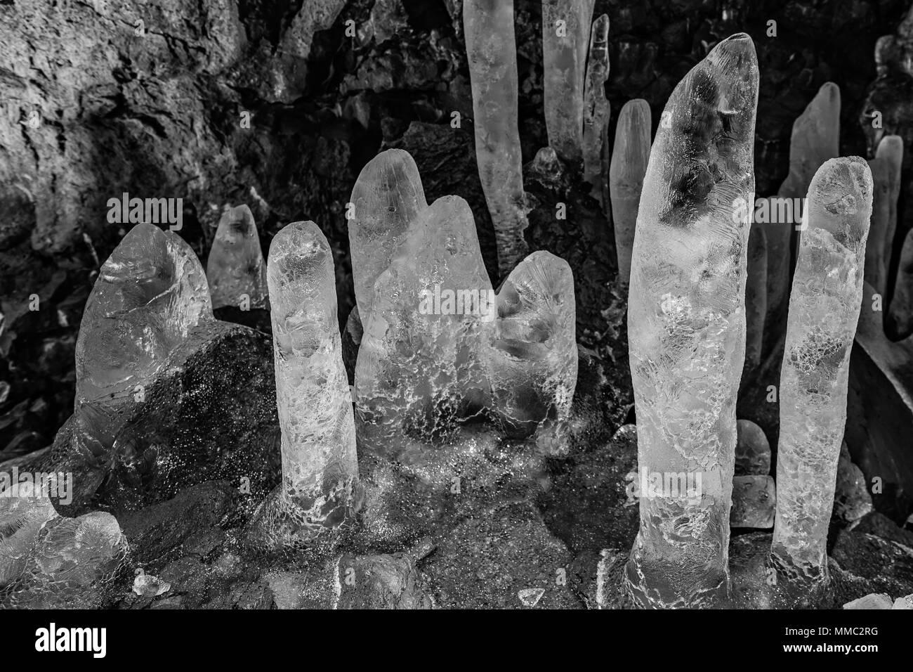 Estalagmitas de hielo en los túneles de lava Raufarholshellir cueva en el sur de Islandia Foto de stock