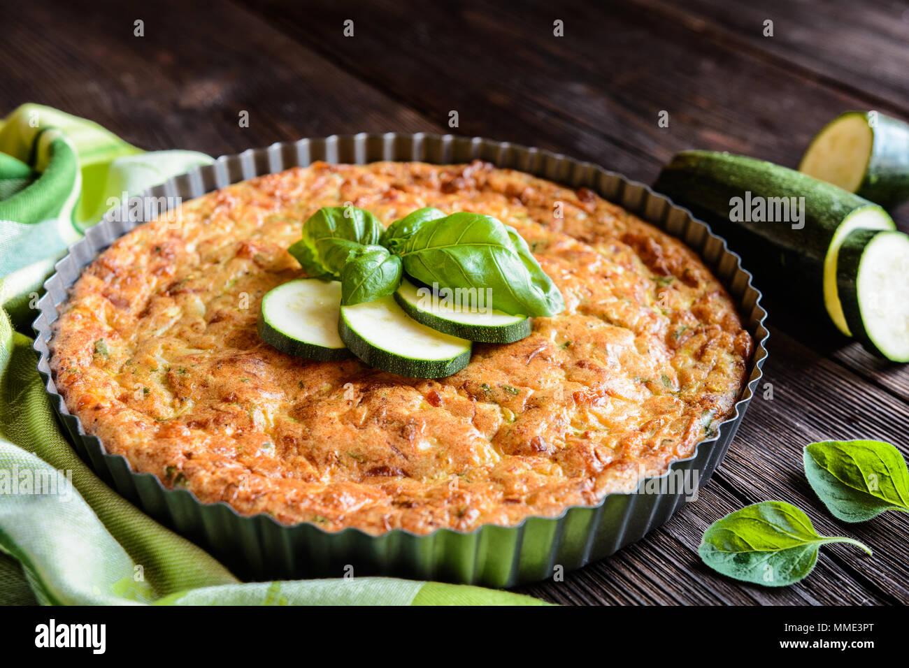 Tarta de calabacín con bacon, queso, cebolla, perejil y albahaca Imagen De Stock