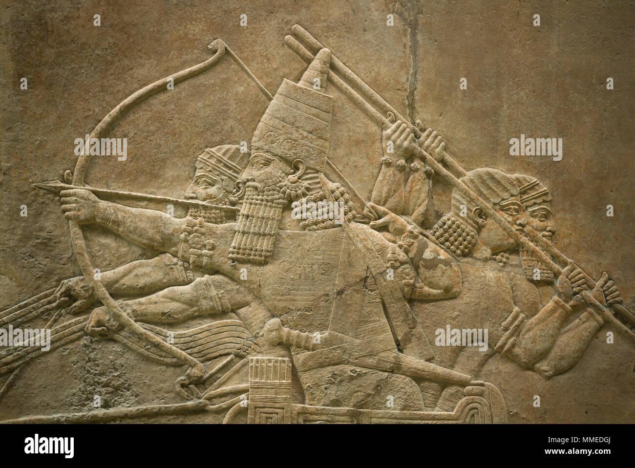 Londres. Inglaterra. Museo Británico. El rey Ashurbanipal cazando leones. Panel de pared de piedra de socorro, (645-635 A.C.) desde el norte del Palacio (Sala C, Grupo 7-8), Imagen De Stock