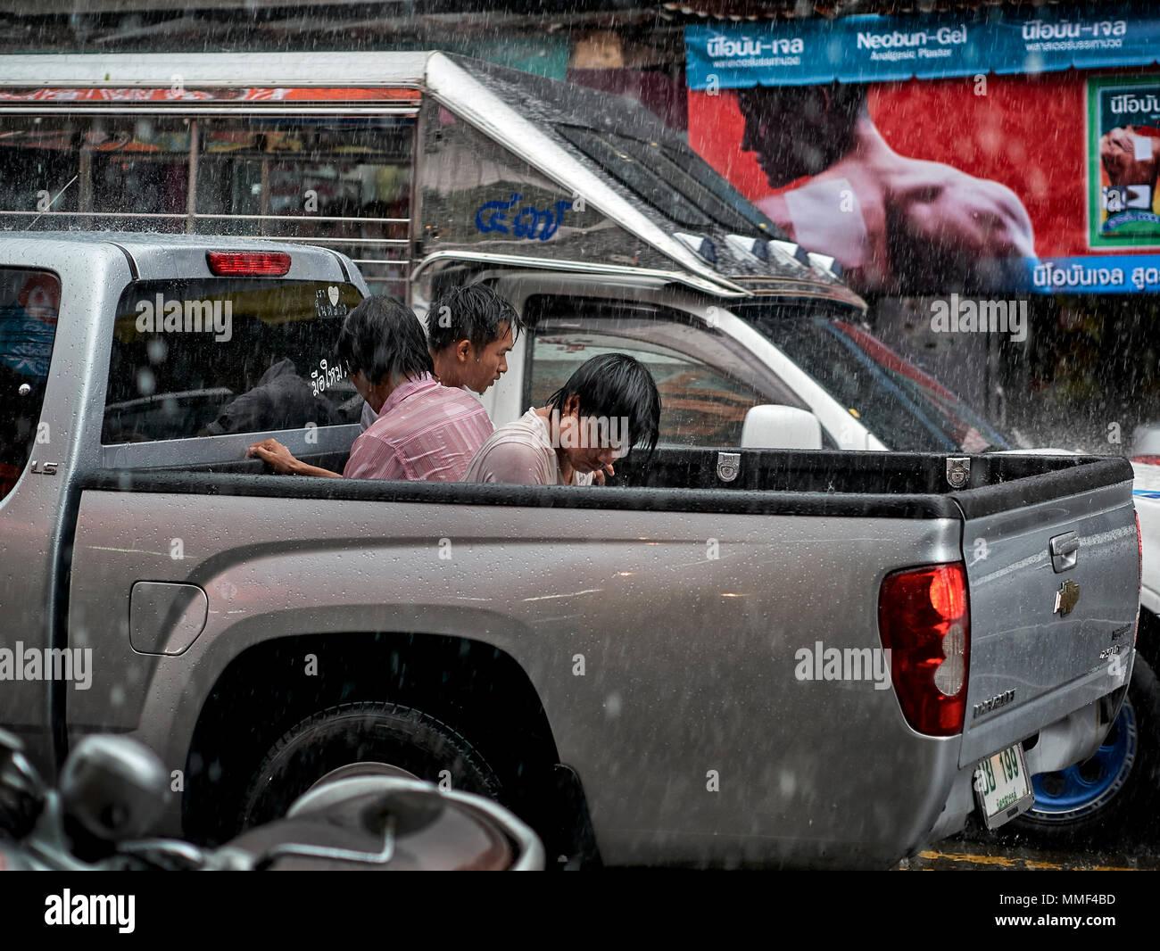 La lluvia. Personas que iban como pasajeros en una camioneta atrapada en las lluvias torrenciales. Tailandia la temporada de los monzones. El sudeste de Asia. Imagen De Stock
