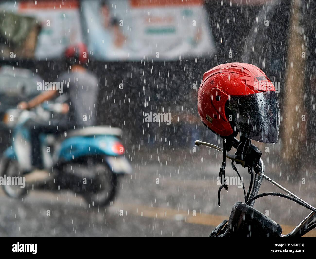 Lluvia. en moto por lluvias torrenciales. Tailandia la temporada de los monzones. El sudeste de Asia. Imagen De Stock