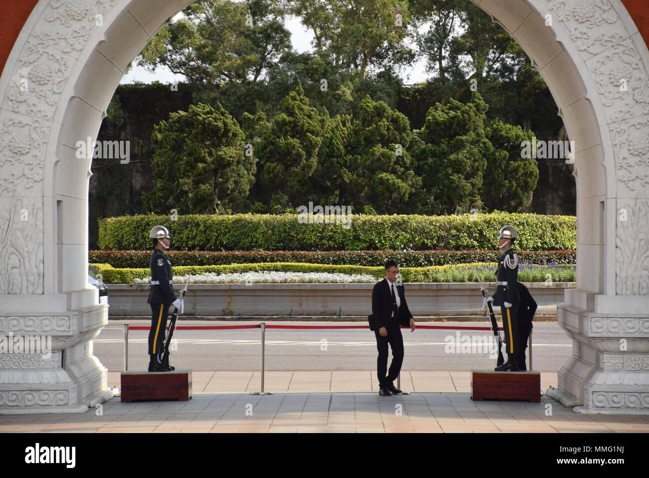 Los oficiales militares en la entrada de la Unidad Revolucionaria Nacional el Santuario de los Mártires en Taipei, Taiwán. Imagen De Stock