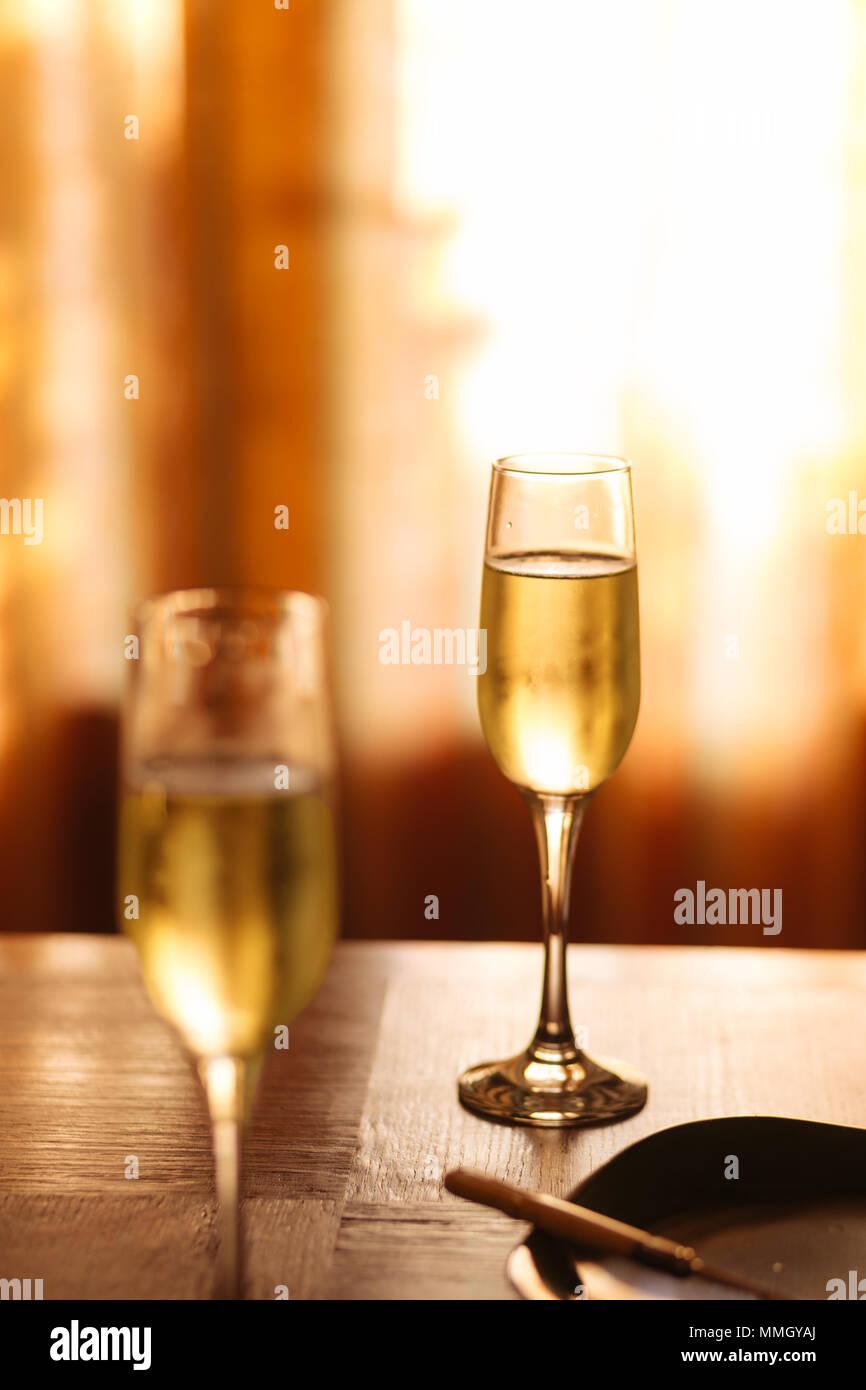 Flautas llena con Prosecco espumoso, en un restaurante en Conegliano. Prosecco es un vino espumoso blanco cultivado y producido en Valdobbiadene Foto de stock