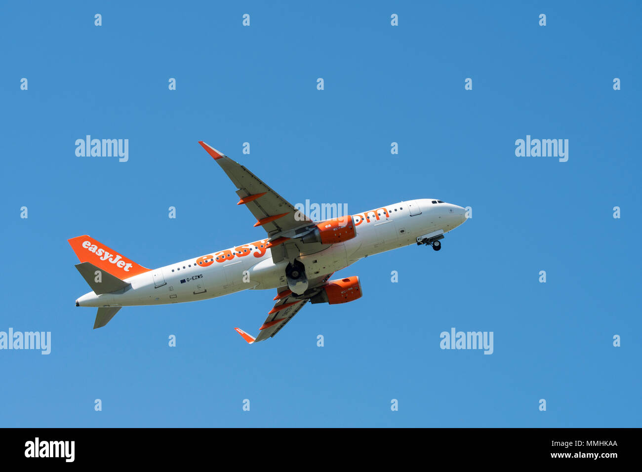 Airbus A320-214 WL, comercial bimotor de pasajeros jet airliner de británico de bajo coste EasyJet en vuelo contra el cielo azul Foto de stock
