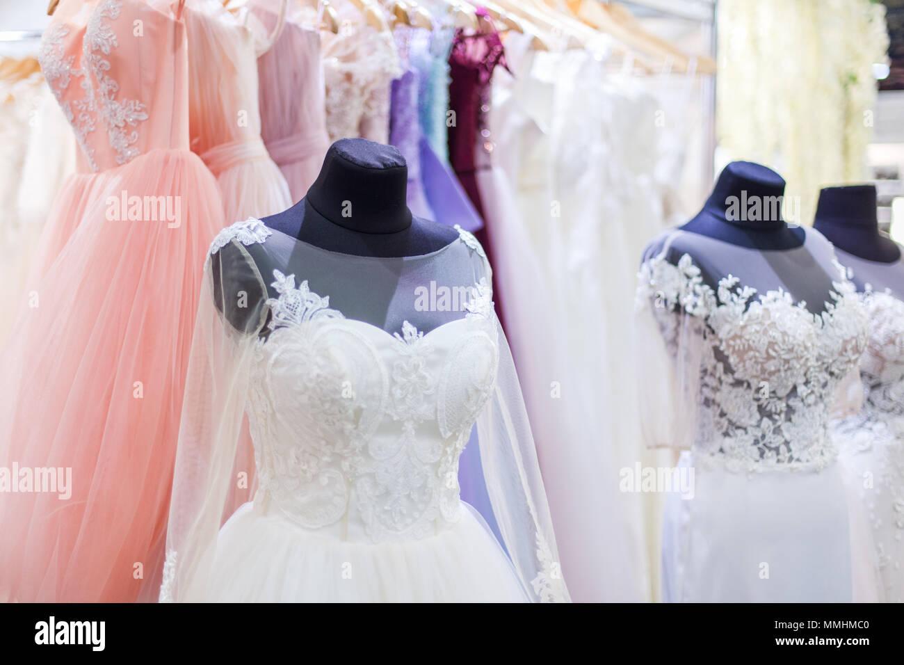 655e0460aa0 Maniquíes con hermoso blanco vestidos de novia en la tienda. Imagen De Stock
