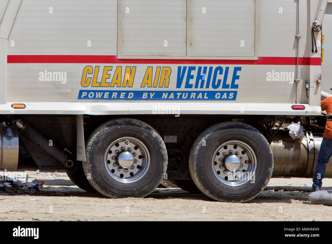 """""""Aire Limpio"""" - """"vehículos alimentados por gas natural', el camión que transporta la basura ato relleno sanitario local. Imagen De Stock"""