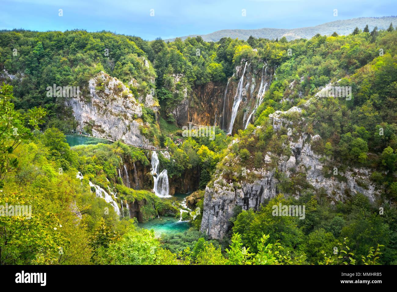 Paisaje con hermosas cascadas en el Parque Nacional de Los Lagos de Plitvice. Croacia Imagen De Stock