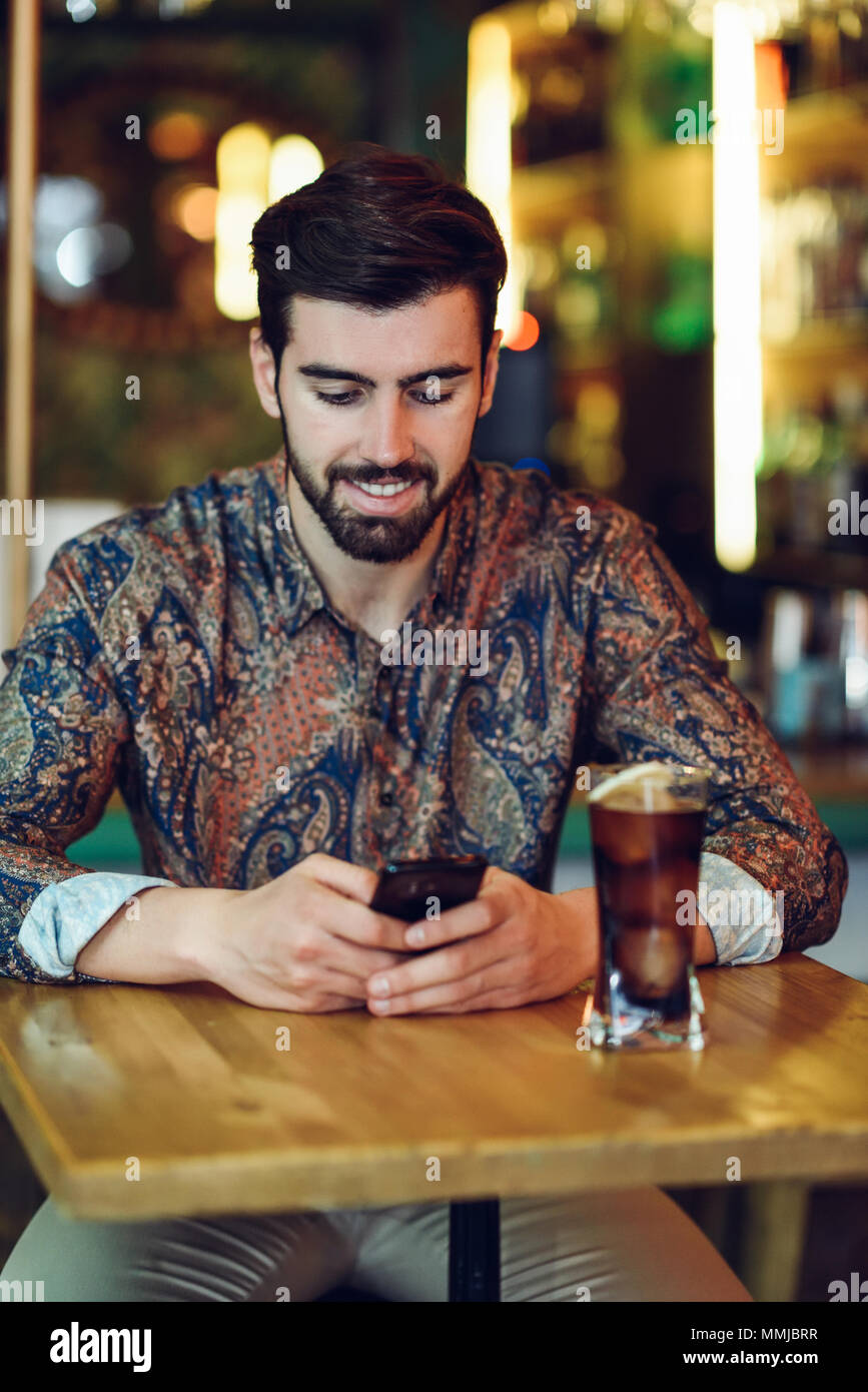 Joven Barbudo Hombre Vestido Con Ropa Casual Mirando Su Smartphone