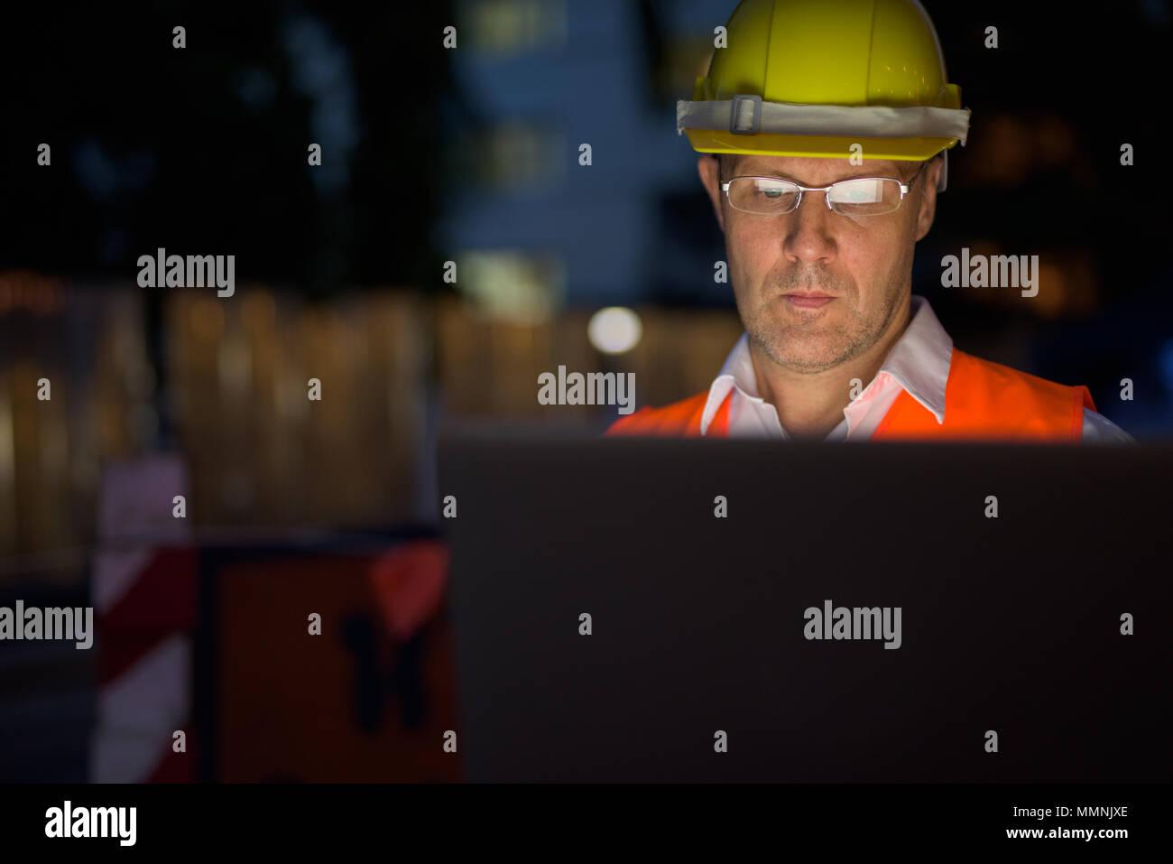 Hombre maduro, trabajador de la construcción en el sitio de construcción en el c Foto de stock