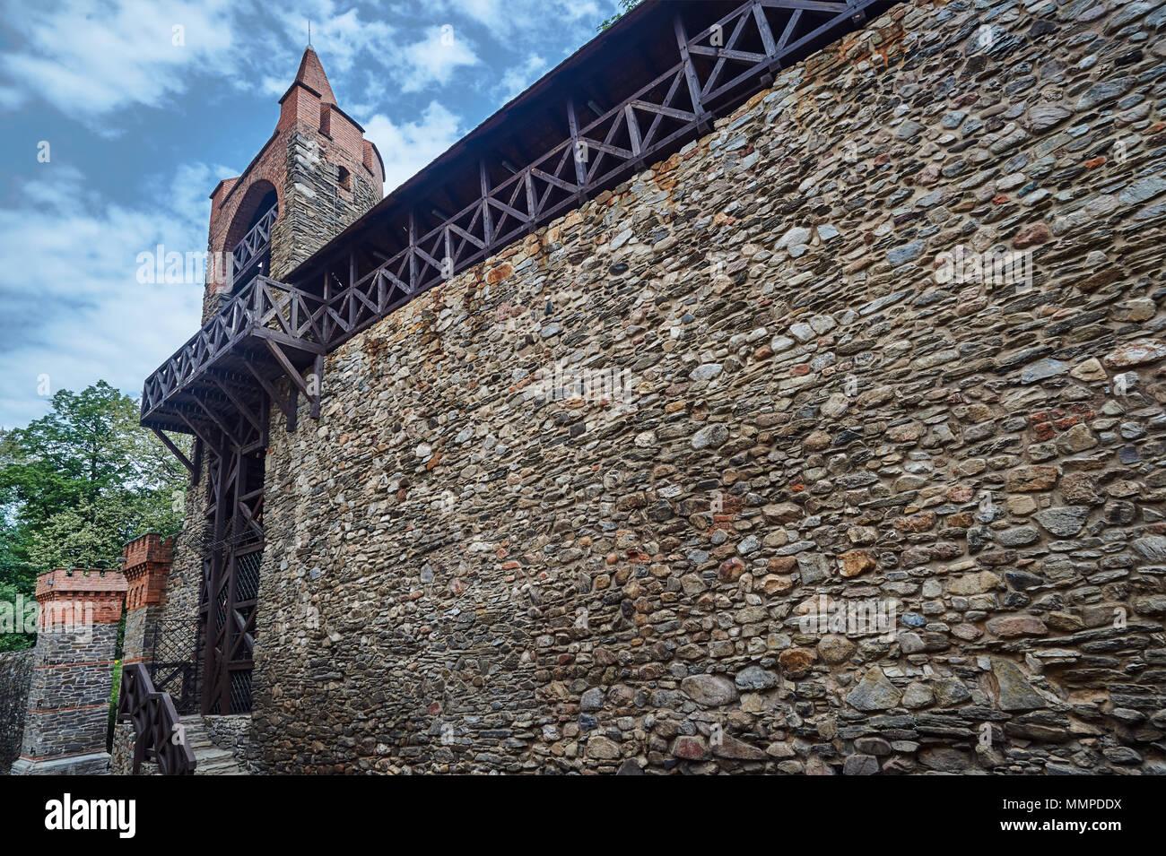 Fortificación medieval con el city gate en Paczkow en Polonia Foto de stock