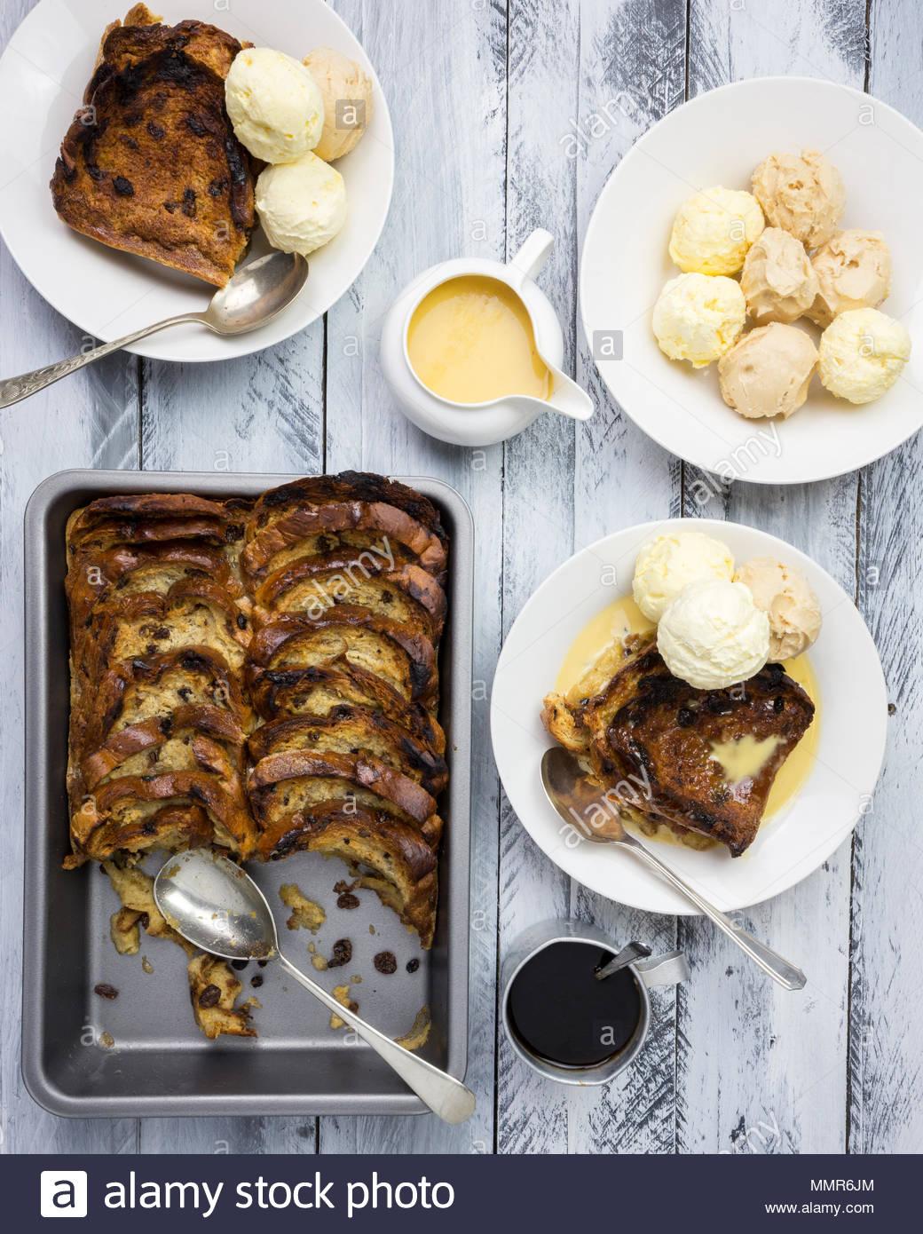 Pudding de pan con mantequilla salada con una salsa de caramelo y licor de café Imagen De Stock