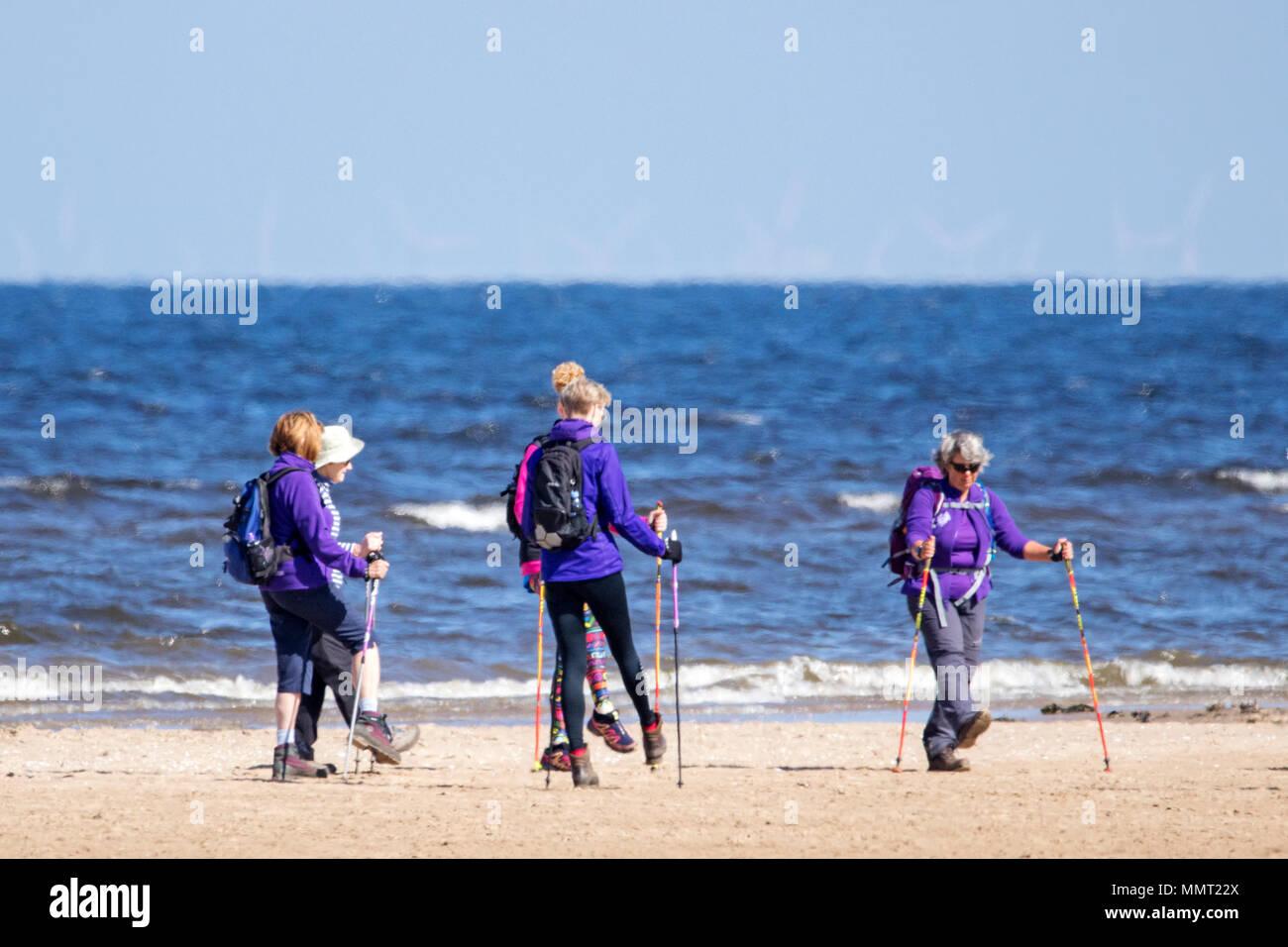 Southport, Merseyside. El 13 de mayo de 2018. El clima del Reino Unido. Un grupo de mujeres ramblers hacer su calentamiento y estiramientos antes de salir de un largo paseo desde la playa de Southport a Formby punto a lo largo de esta pintoresca parte de la costa noroeste. Crédito: Cernan Elias/Alamy Live News Foto de stock