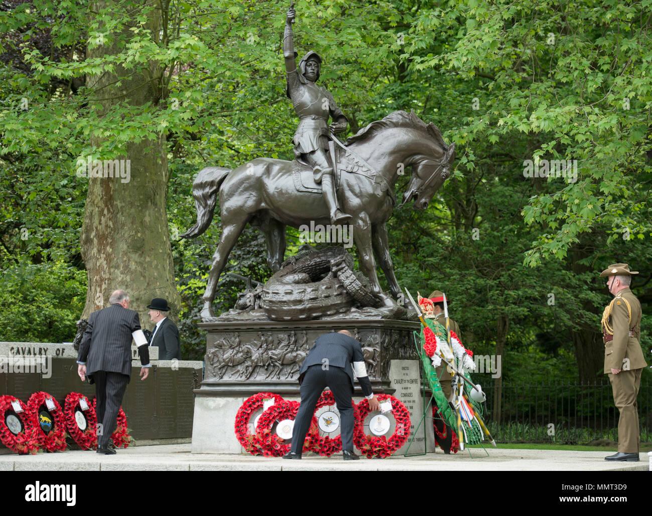 Hyde Park, Londres, Reino Unido. 13 Mayo, 2018. 94 años de la inauguración de su monumento en Hyde Park la caballería y Yeomanry reunir para honrar a aquellos miembros de la caballería y la Yeomanry, quien cayó en la Primera Guerra Mundial y en conflictos posteriores. Su Alteza Real la Princesa Ana KG KT GCVO GCStJ QSO GCL CD El coronel de los Blues y Royals toma el saludo en el Desfile Anual y servicio de la Asociación de antiguos camaradas de Caballería combinada en la caballería Memorial adyacente al quiosco en Hyde Park. Crédito: Malcolm Park/Alamy Live News. Imagen De Stock